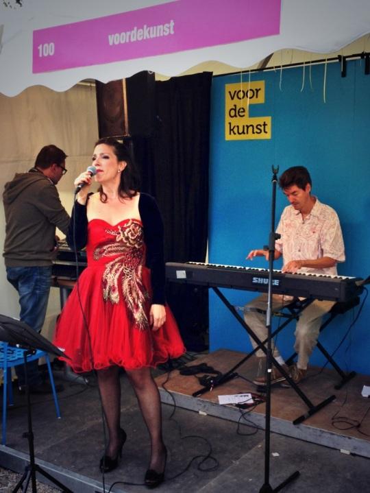 Dead Singers Society (Mirjam van Dam) in actie tijdens de pitch